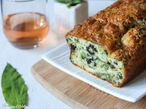 Cake salé à l'ail des ours olives et fêta