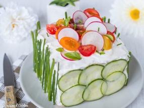Sandwich cake au saumon fumé et crudités - Recette pique-nique chic