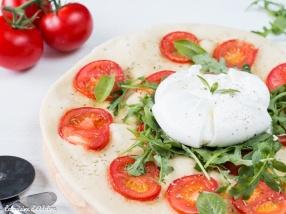 Pizza blanche à la burrata tomate et roquette recette facile